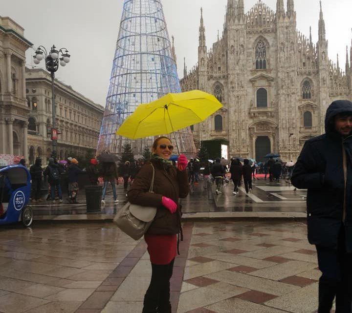 Milano, le luci natalizie, un ombrello giallo.